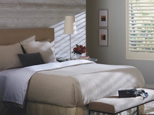 A bedroom with bed and headboard